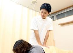 吹田市江坂まほろば鍼灸整骨院の背骨矯正の施術